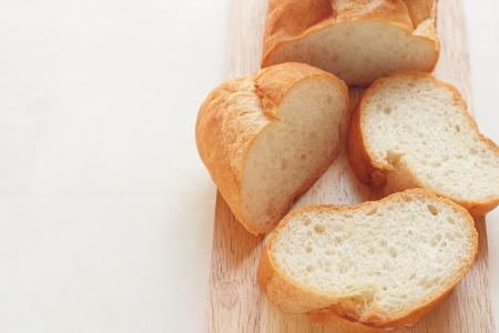 frans brood: Stokbrood, Baguette gesneden op snijplank