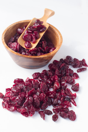 frutas secas: close up de arándanos secos sobre fondo blanco