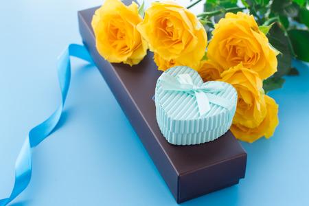 corazones azules: Hermosa rosa amarilla