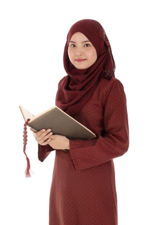 woman meditating: musulmanes mujer joven ley� el Cor�n con el rosario en el tiempo de Ramad�n.