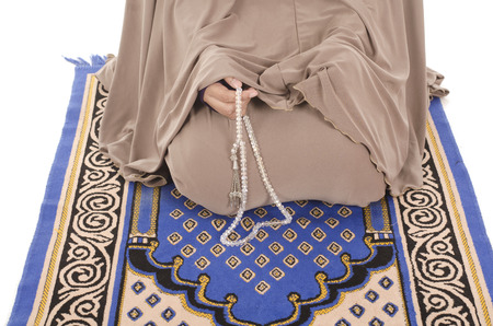 kuran: Close-up di tasbih muslimah partecipazione su sfondo bianco