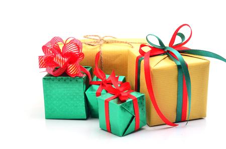 Boîte de cadeau vert et brun avec ruban rouge isolé sur fond blanc Banque d'images - 91052129