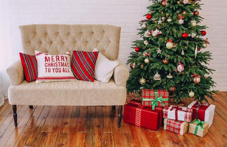 Neujahrsdekorationen Stil Tartan Rotgold mit einem Weihnachtsbaum und einem Sofa