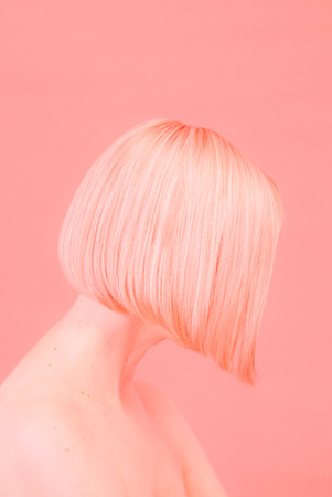 silhouette of a woman with a short haircut in a coral background Banco de Imagens