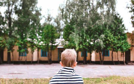 Ein Kind ist gelangweilt und traurig außerhalb des Sommer-Retro-Hintergrundkonzepts