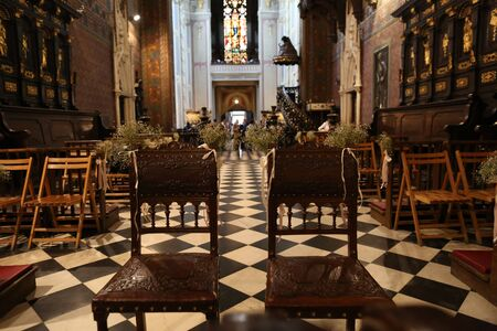 maestosa architettura della cattedrale cattolica all'interno con colonne e vetrate colorate