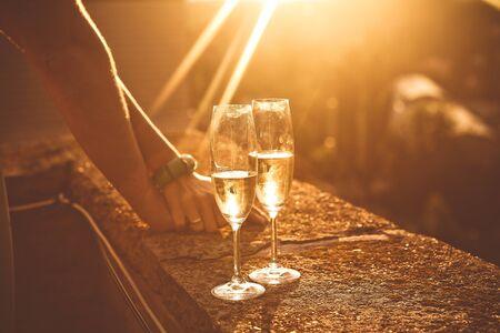couple amoureux de verres de vin romance sur le toit de l'immeuble coucher de soleil Banque d'images