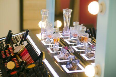 variedad de cosméticos y perfumes en el stand para pruebas de maquillaje y sondas
