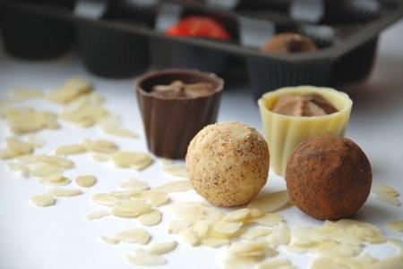 bonbons de chocolat sur les flocons d'amande