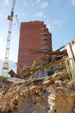 maison d�truite et une nouvelle maison en construction Banque d'images