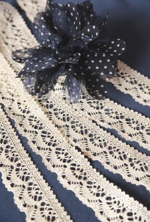dentelle et de fleurs de tissu sur un fond bleu