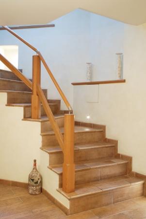 Escalier avec garde-corps en bois de style moderne