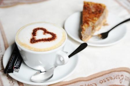 Coupe de cappuccino et de la tarte sur un tissu blanc