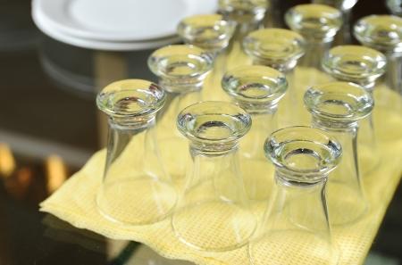 Les petits verres situ�s sur une serviette jaune