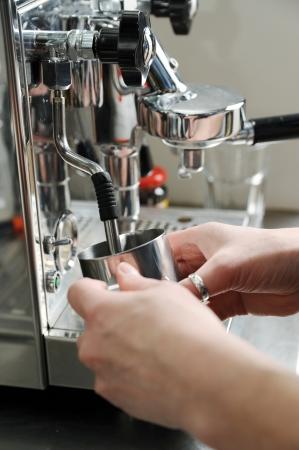 battre le lait par de la vapeur sur la machine � caf�