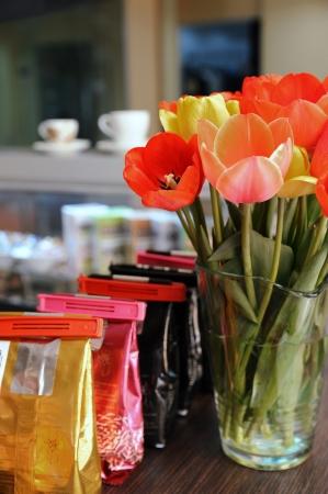Packs de caf�, fleurs, comptoir de bar