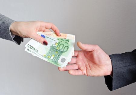Main f�minine donne de l'argent, l'homme