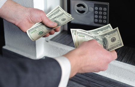 Mains humaines tenant de l'argent sur un fond de s�curit�