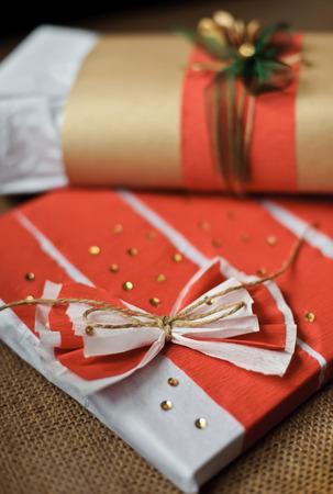 Cadeaux d�cor�es avec un ruban rouge, corde, arc et paillettes Banque d'images