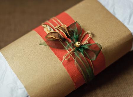Cadeau d�cor� avec un ruban rouge, corde et l'arc
