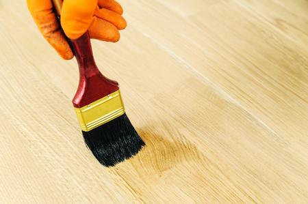 Lakken houten vloeren. Gebruik borstel voor coating vloeren.