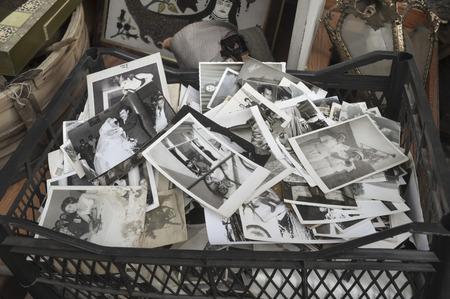 Photographies anciennes abandonnées et vendus à un magasin d'antiquités à Istanbul, souvenirs indifférents.