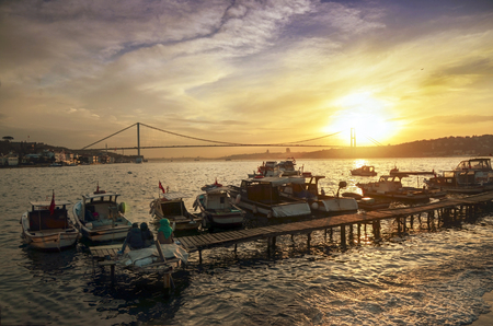 Istanbul, Turquie - 28 mars 2015: Istanbul côte du coucher du soleil du Bosphore, vaut une belle image.