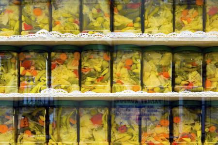 pickles: encurtidos caseros exhibition.Types Tarro de la salmuera. Foto de archivo