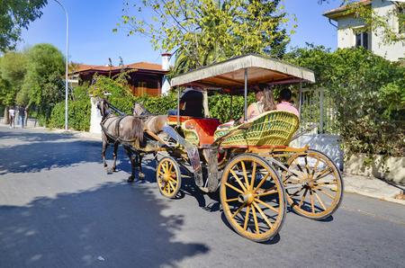 motor de carro: Estambul, Turqu�a - 29 septiembre, 2013: Buyukada, Princes 'Islands, tambi�n conocida como Estambul es la mayor de las islas de la costa. veh�culo de motor Buyukada no est� siendo utilizado, tal como Phaeton servicio de taxi carro es.