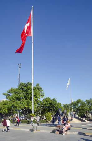 director de escuela: Estambul, Turquía - Mayer 29, 2016: Kadikoy Pier Square y 'director de Ataturk monumento', la bandera turca. Muelles conocido que las mujeres? Pueblo Pier Square, uno de la savia de transporte urbano en Estambul. Besiktas Eminonu muelles, por un lado, al otro lado del Editorial