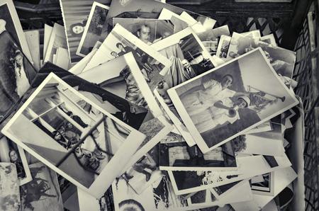 Istanbul, Turquie - 9 Septembre, 2012: Vieille famille photos.?stanbul quartier Beyoglu d'Istanbul, Istanbul vu vieilles photos de famille dans un magasin d'antiquités. Banque d'images - 60445609