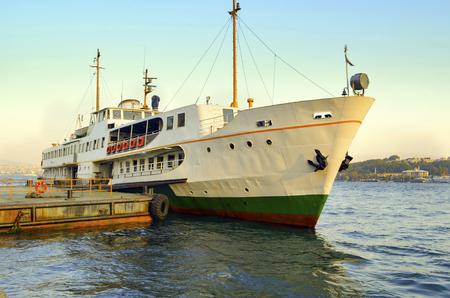 Ferry à quai Karakoy. Istanbul Ferries continuent de servir de lien clé de transports en commun pour plusieurs milliers de navetteurs, touristes et véhicules par jour.