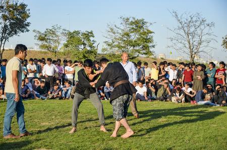arbitros: Estambul, Turquía - 2 de octubre de, 2016: La lucha libre prado turcomanos de Asia Central, celebrada en Estambul. distrito de Zeytinburnu de Estambul en el prado, turcomanos, uzbekos, Afganistán, Tártaro, kirguís y otra de Asia Central Turkmenistán hecho la lucha libre. Lucha siguiente turco