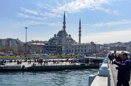 Istanbul, Türkei - 29. März 2013: Neue Moschee (Yeni Cami), Istanbul, Türkei. Die Yeni Cami; die Valide Sultan Moschee und später New Valide Sultan Moschee nach der teilweisen Rekonstruktion und Fertigstellung zwischen 1660 und 1665 ursprünglich genannt; ist ein osmanischer