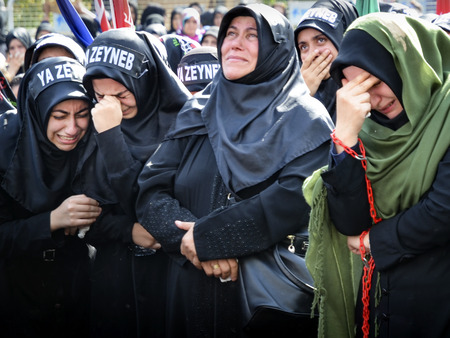kemal: Istanbul, Turkey - October 11, 2016: Shia Muslim women mourn during an Ashura. Turkish Shia Muslims mourning for Imam Hussain. Caferis take part in a mourning procession marking the day of Ashura in Istanbuls Kucukcekmece district, Turkey on October 11,