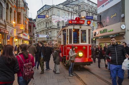 Istanbul, Türkei - 29. Dezember 2013: Historische Straßenbahn auf der Istiklal Avenue. Menschen aus verschiedenen Ländern schaffen kulturelle Mosaiken auf dieser Straße. Istiklal Allee im Stadtteil von Beyoglu in Istanbul. Eine historische Straßenbahn vor dem Beyoglu Station von Tunel ( Standard-Bild - 66236287