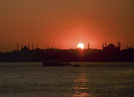 Sonnenuntergang Istanbul Szene. Hagia Sophia im rechten Teil des Fotos. Im linken Abschnitt Blaue Moschee (Sultan Ahmed Mosque) Silhouette. Standard-Bild - 71617373