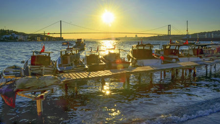Istanbul Bosporus Sonnenuntergang. Türkei Bosporus 15. Juli Märtyrer-Brücke Standard-Bild - 70254404