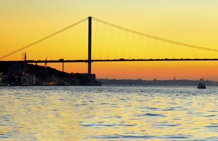 Istanbul Bosporus Sonnenuntergang. Türkei Bosporus 15. Juli Märtyrer-Brücke Standard-Bild - 71034719