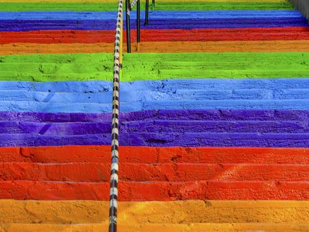 Treppenregenbogen malte konkrete Treppe der Straße, Hintergrund. Standard-Bild - 89865258