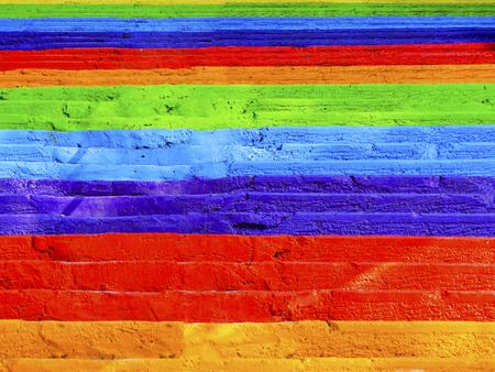 Treppenregenbogen malte konkrete Treppe der Straße, Hintergrund. Standard-Bild - 70605688