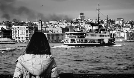 Türkei - Istanbul Fähren beobachten eine Frau. Istanbul Fähren (auf Türkisch Vapur genannt) dienen weiterhin als wichtige öffentliche Verkehrsverbindung für Tausende von Pendlern, Touristen und Fahrzeugen pro Tag. Standard-Bild - 71552901