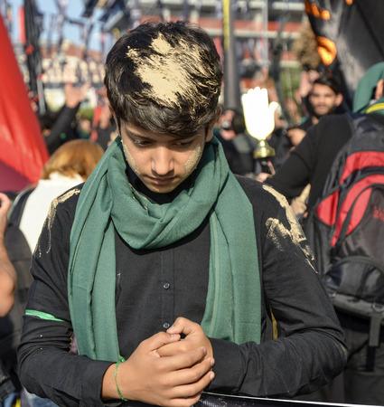 cronologia: Estambul, Turquía - 11 de octubre 2016: los niños chiitas turcos participa en un desfile de Ashura en distrito de Kucukcekmece de Estambul. Un joven, la cronología de humor para adaptarse a su cabello y ropa embarrada. Caferis participar en una procesión de duelo que marca el d