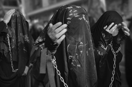 cronologia: Estambul, Turquía - 11 de octubre 2016: chicas chiitas turcos participa en un desfile de Ashura en distrito de Kucukcekmece de Estambul. Las mujeres y las jóvenes de barro en la parte superior de ellos para dar cabida a la cronología de luto.