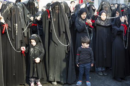 cronologia: Estambul, Turquía - 11 de octubre 2016: las mujeres chiitas turcos participa en un desfile de Ashura en distrito de Kucukcekmece de Estambul. Las mujeres y las jóvenes de barro en la parte superior de ellos para dar cabida a la cronología de luto. Caferis participar en una procesión de duelo