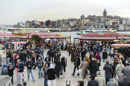 Istanbul, Türkei - 29. März 2013: Essen vom Grill Fisch-Sandwich in Eminönü. Das erste, was in den Sinn kommt, wenn man von Istanbul zu denken ist Eminönü-Karaköy und die Orte, gegrillten Fisch-Sandwiches dort am Ufer des Goldenen Horns zu verkaufen. Standard-Bild - 67936170