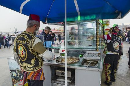 Istanbul, die Türkei - 29. März 2013: Süße Verkäufer Eminonu traditionelle Osmane beißen. Es ist nicht zu leugnen, dass Desserts ein massiver Teil der türkischen Kultur sind. Wenn Sie durch Istanbul spazieren, können Sie an fast jeder Ecke einen süßen Verkäufer mit Mundwasser sehen. Standard-Bild - 67936171