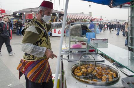 Istanbul, die Türkei - 29. März 2013: Eminonu traditionelle Osmanen beißen süße Verkäufer, in kochendem Öl gemacht. Es ist nicht zu leugnen, dass Desserts ein massiver Teil der türkischen Kultur sind. Wenn Sie in Istanbul spazieren gehen, können Sie auf fast jedem Standard-Bild - 67936173