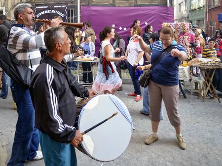 Istanbul, Türkei - 5. Mai 2013: Hidrellez in Ahirkapi Festival (Romani Sprache: Ederlezi) Menschen auf den Straßen tanzen. Hidrellez ist eine der saisonale Feste aller türkischen Welt, die wie am ersten Tag des Frühsommer gefeiert wird. Ahirkapi H Standard-Bild - 67936215