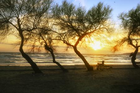 Sonnenuntergang am Strand Behinderte Rollstuhl. Hintergrund Standard-Bild - 71015256